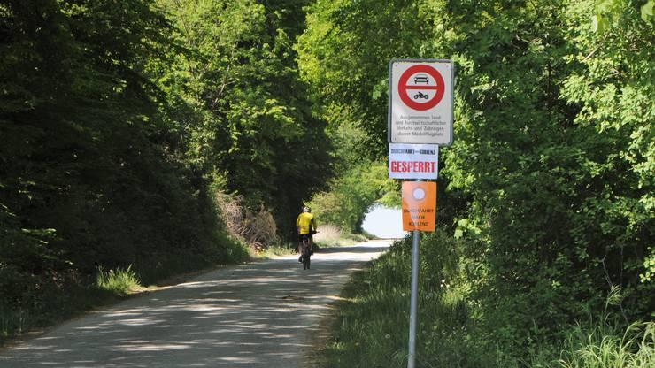 Fahrverbot an der Hardstrasse in Klingnau: Sie gilt trotzdem als Schleichweg, um via das Dorf Koblenz schneller zum Grenzübergang Koblenz zu kommen. Doch wer hier die Abkürzung nimmt, dem droht eine Busse von der Regionalpolizei.