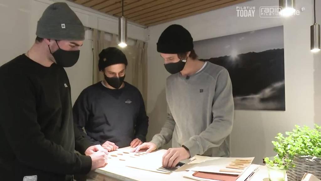 Drei Jungs kreieren eigene, nachhaltige Mode