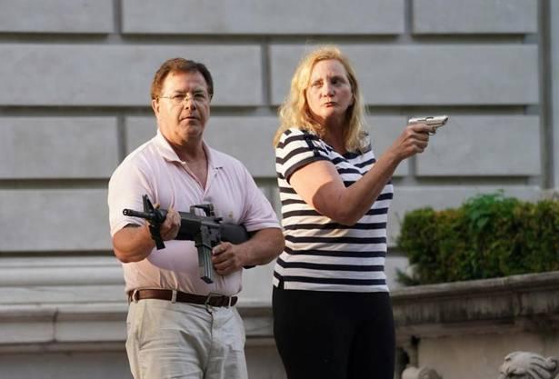 Das Ehepaar McCloskey stellte sich den friedlichen Demonstranten in St. Louis mit Schusswaffen in den Weg. Die beiden sollen als Überraschungsgäste an den Republikanischen Parteitagen auftreten.