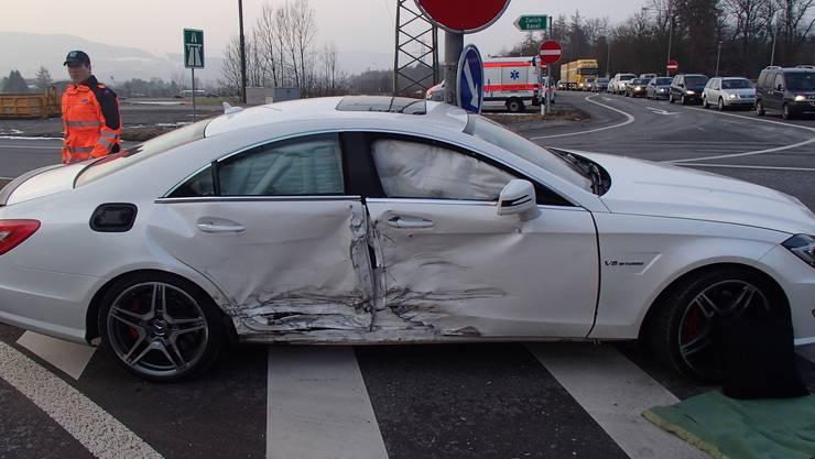 Frontalkollision bei Lenzburg - der Mercedes-Fahrer übersah den Vortritt, ein Verkehrsteilnehmer prallte frontal in das Auto. Verletzt wurde niemand