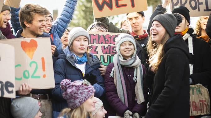 Greta Thunberg am Klima-Streik in Davos. Die meisten Schilder waren auf Englisch. Die Reden auch.