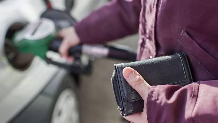 Das Parlament will die Benzinpreise in den kommenden Jahren schrittweise erhöhen. Der Nationalrat ist in diesem Punkt des CO2-Gesetzes dem Ständerat gefolgt. (Archivbild)