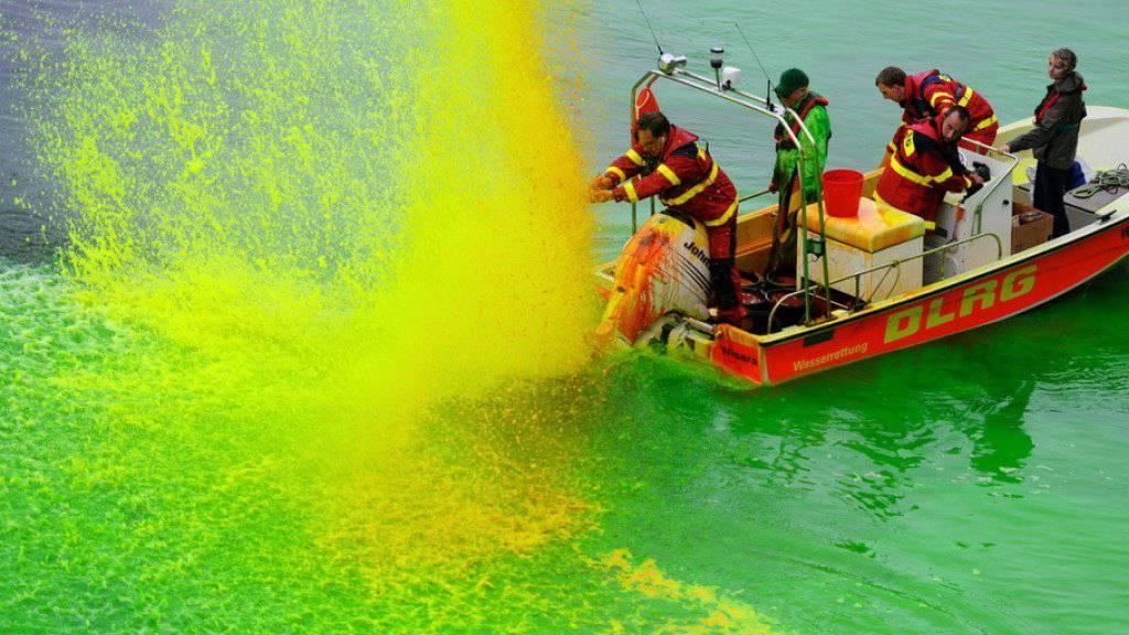 Der argentinische Konzeptkünstler Nicolas Uriburu - hier eines seiner «Farbe im Fluss»-Werke - ist mit 78 Jahren gestorben. (Archivbild)