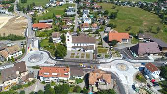 Der Kreisel an der Lostorferstrasse (links) ist vollständig befahrbar. Bald wird auch der Kreisel an der Schachenstrasse weiter für den Verkehr geöffnet. Nur von Dulliken her wird noch kein Verkehr möglich sein, da hier zunächst die Fahrbahn fertiggestellt werden muss.