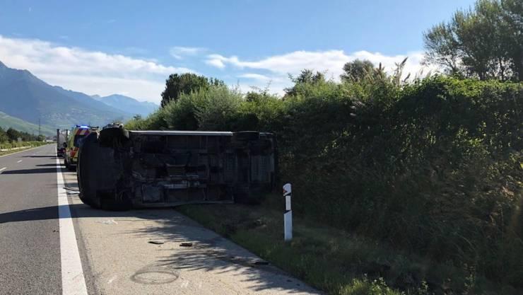 Bei einem Überholmanöver auf der A9 im Unterwallis verlor der Fahrer eines Lieferwagens die Herrschaft über sein Fahrzeug. Der Chauffeur starb noch auf der Stelle. Die Autobahn musste zwischen dem Abschnitt Riddes und Conthey vorübergehend gesperrt werden.