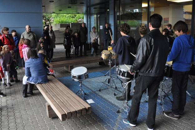 Diese Schüler gaben ein Open-Air-Perkussionskonzert.
