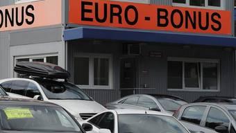 """Ein Garagist wirbt mit """"Euro-Bonus"""" für preiswerte Autos(Archiv)"""