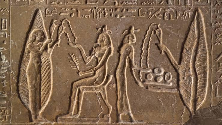 Diese Opferplatte der Ta-Renpet zeigt die Besitzerin zweimal vor einer Baumgöttin, die ihr Wasser, Nahrung und kühlen Wind spendet. Ptolemäisch, 3. Jh. v. Chr. Leihgabe aus dem Museum August Kestner, Hannover.