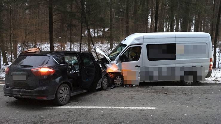 Der Autofahrer kollidierte am Mittwoch, 18. Januar 2017, frontal mit einem entgegenkommenden Lieferwagen.
