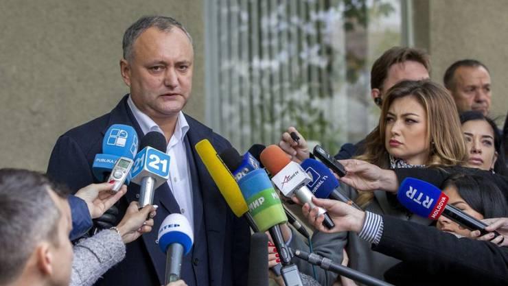 Igor Dodon spricht am Sonntag nach seiner Stimmabgabe zu den Medien.