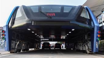 Wenn im Rückspiegel ein Tunnel auftaucht, ist das Chinas neuer Superbus.Keystone