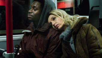 Der verstorbene Goodluck (Eugene Boateng) wird zu Charlottes (Ursina Lardi) treustem Gefährten. SRF