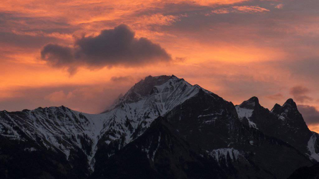 Föhnwolken über dem bündnerischen Rheintal. Im Bild Falknis, Schwarzhorn und Glegghorn (Archivbild)