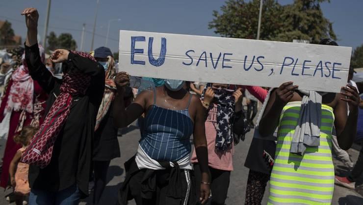 Flüchtlinge demonstrieren in der Ortschaft Mytilene auf der griechischen Insel Lesbos.