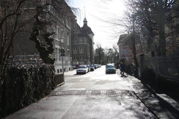 Hier führt die Lorenzenstrasse zwischen dem Schulhaus Hermesbühl und der Musikschule hindurch