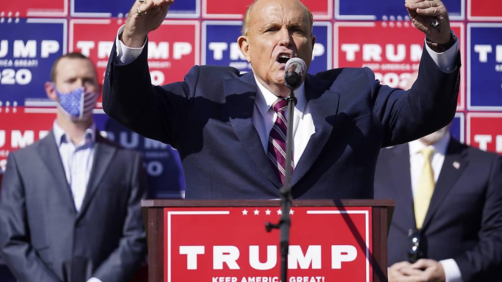 dpatopbilder - Der ehemalige New Yorker Bürgermeister Rudy Giuliani, ein Anwalt von Präsident Donald Trump, während der Pressekonferenz auf dem Parkplatz. Foto: John Minchillo/AP/dpa