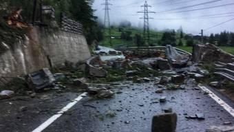 Die durch einen Steinschlag unterbrochene Kantonsstrasse im Mattertal VS konnte am Dienstag kurz vor Mittag wieder geöffnet werden.
