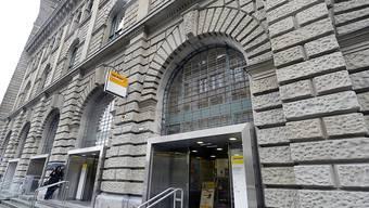 Hier geschah der Jahrhundertpostraub: Eingang zur Fraumünsterpost in Zürich. Die Räuber hatten Spielzeugpistolen dabei.