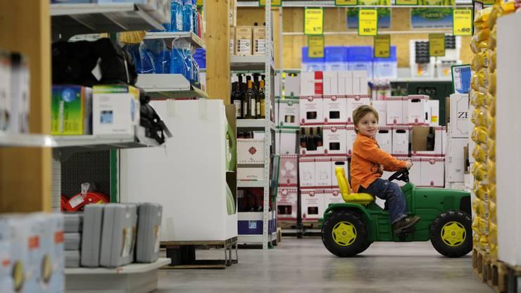 Lars Schmid, 3 Jahre, aus Suhr lädelet mit dem Spielzeugtraktor in der Landi in Kölliken. Themenbild zum Wirtschaftswachstum der Landi Schweiz, aufgenommen am 25. Januar 2010 in der Landi Kölliken.