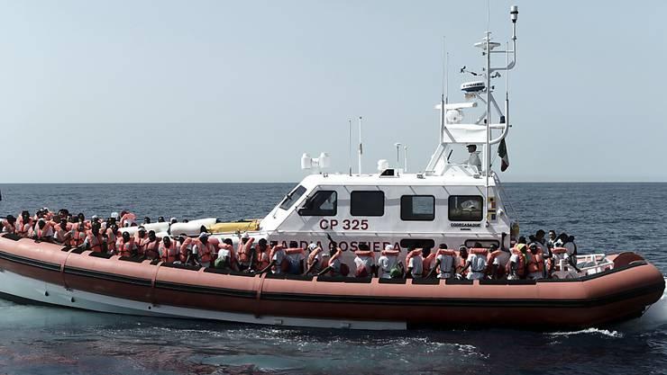 """Die Menschen auf dem Rettungsschiff """"Aquarius"""" haben auf der Überfahrt ins spanische Valencia mit bis zu vier Meter hohen Wellen zu kämpfen. (Archivbild)"""