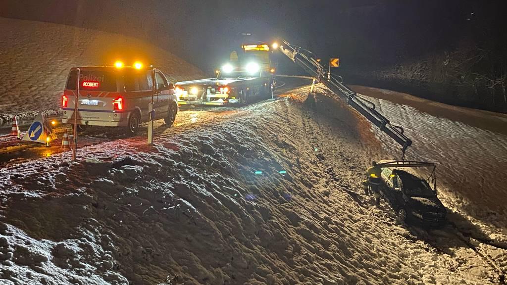 Auto rutscht im Schnee von der Strasse ab – Kran im Einsatz