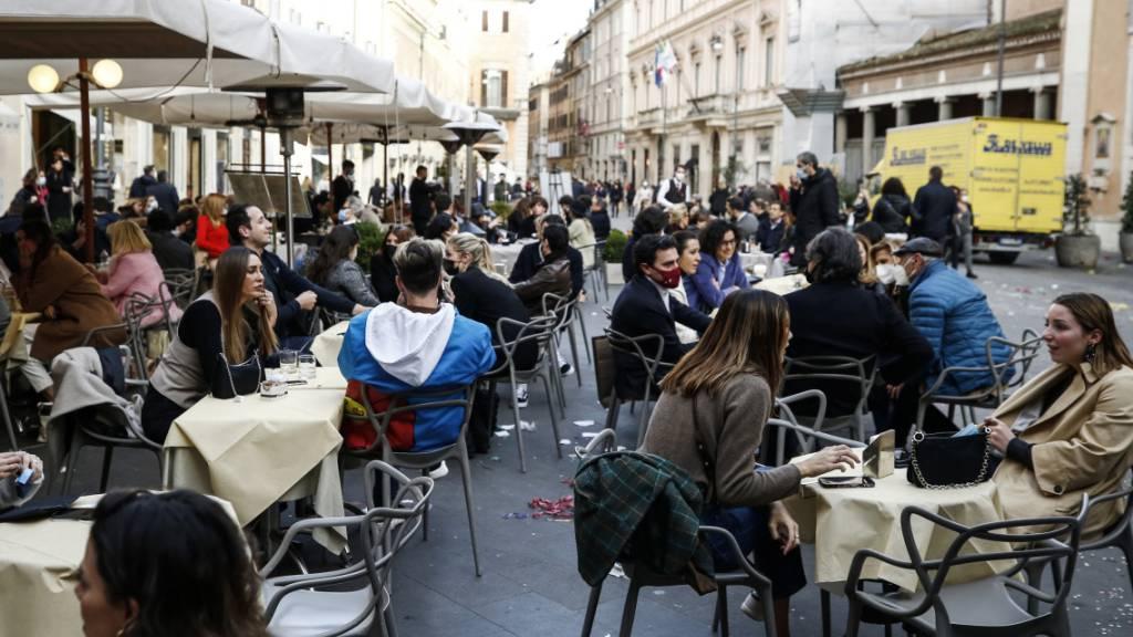 Sonne und 20 Grad lassen viele Italiener Corona-Risiken vergessen