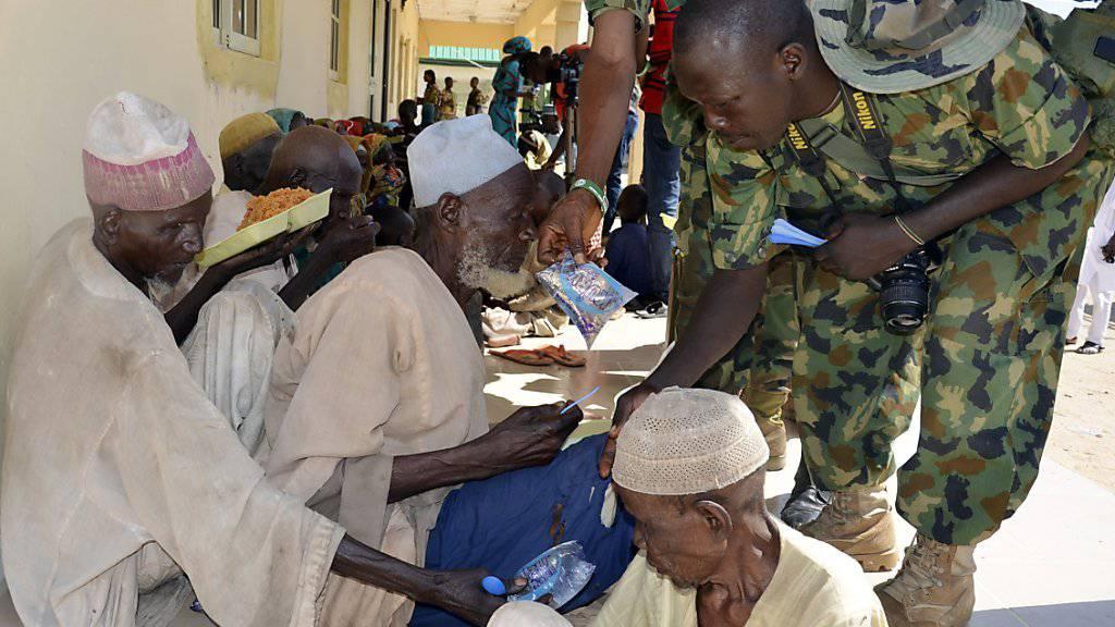 Soldaten versorgen Männer, die vor der Islamistenorganisation Boko Haram gerettet wurden. (Archivbild)