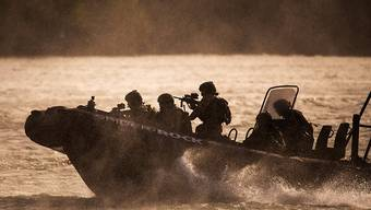 Österreichische Spezialkräfte der EU-Marinemission EUNAVFOR MED üben das Entern von Schiffen mit einem Schnellboot. (Archivbild)