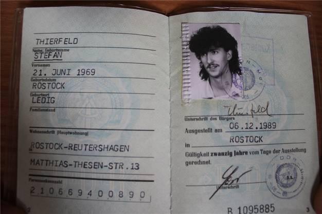 Geboren wurde Stefan Thierfeld als jüngstes von vier Kindern in Rostock.