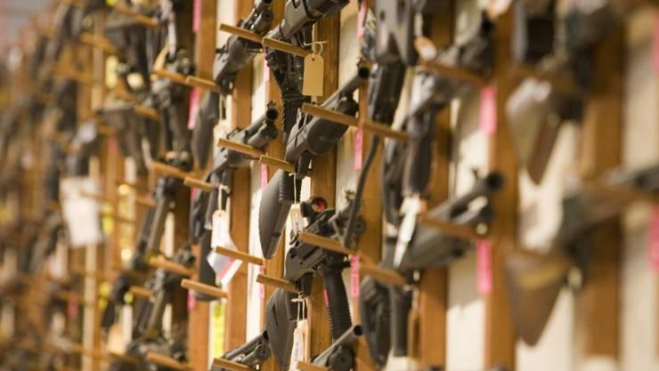 Das EU-Waffenrecht sieht auch für Schweizer Waffenbesitzer neue Einschränkungen vor. Die Sicherheitspolitische Kommission des Ständerats will die Vorschriften aber nur so weit wie unbedingt nötig umsetzen. (Archivbild)