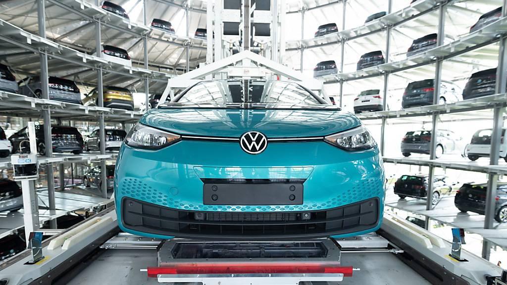Der Autobauer VW hat im ersten Halbjahr 2021 wieder deutlich mehr verkauft. Allerdings mangelt es an Computerchips, die für die Autoindustrie wichtig sind. Das bereitet dem Konzern Schwierigkeiten. (Symbolbild)