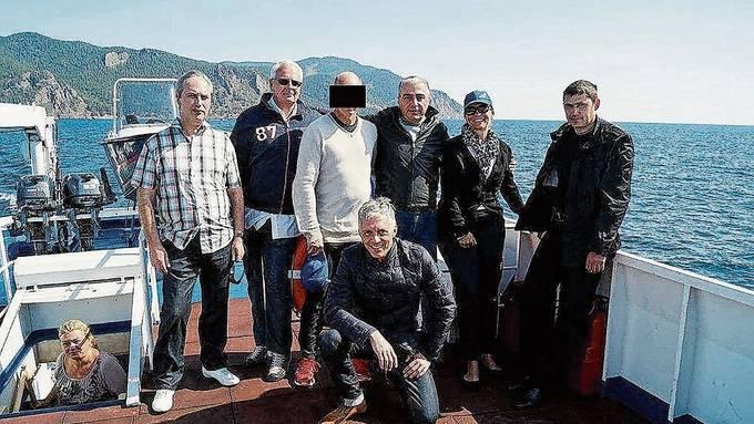 Viktor K. (mit Balken) u.a. mit Bundesanwalt Michael Lauber (kniend) auf dem Baikalsee.