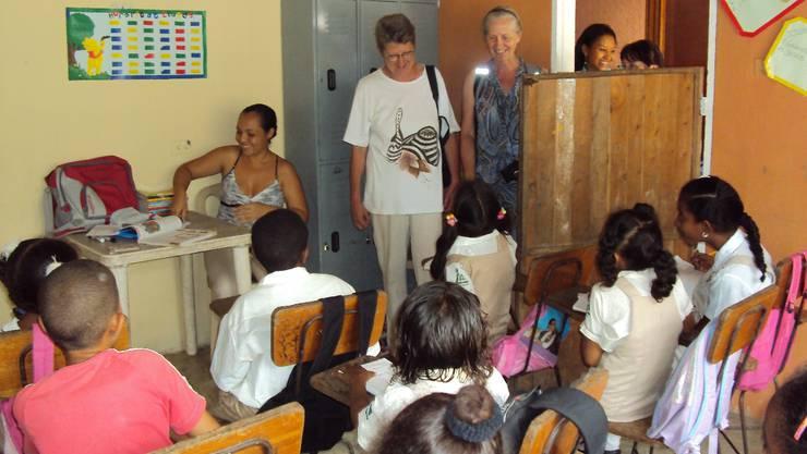 Silvia Haug (Mitte) beim Besuch der zur Hälfte erstellten Schulanlage für behinderte Kinder in Ajona