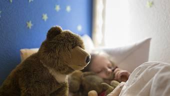 So ruhig schlafen nicht alle Kinder: Sprösslinge von Müttern mit Schlafproblemen haben oft ebenfalls Mühe, ein- und durchzuschlafen. (Archivbild)