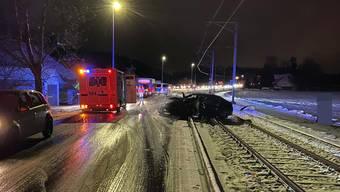 Das Auto wurde auf die Gleise geschleudert.