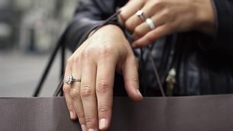Teure Diamantringe können sich nicht alle leisten. Zwar ist in der Schweiz das Gesamtvermögen zwischen 2003 und 2015 gestiegen, allerdings ist die Verteilung ungleicher geworden. (Symbolbild)