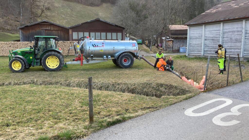 Rettungsaktion: Ein Bauer pumpt in Oberurnen GL ausgelaufene Gülle aus dem Müslibach in ein Güllefass.