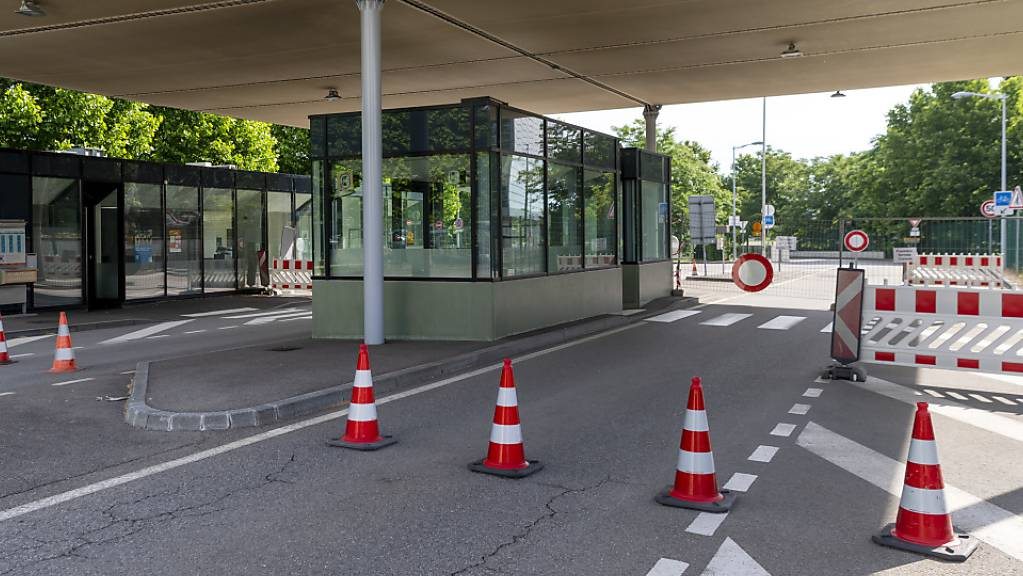 Während 13 Wochen konnten Herr und Frau Schweizer weder nach Frankreich (im Bild die Grenze zu Frankreich an der Hüningerstrasse in Basel) noch nach Deutschland einkaufen gehen.