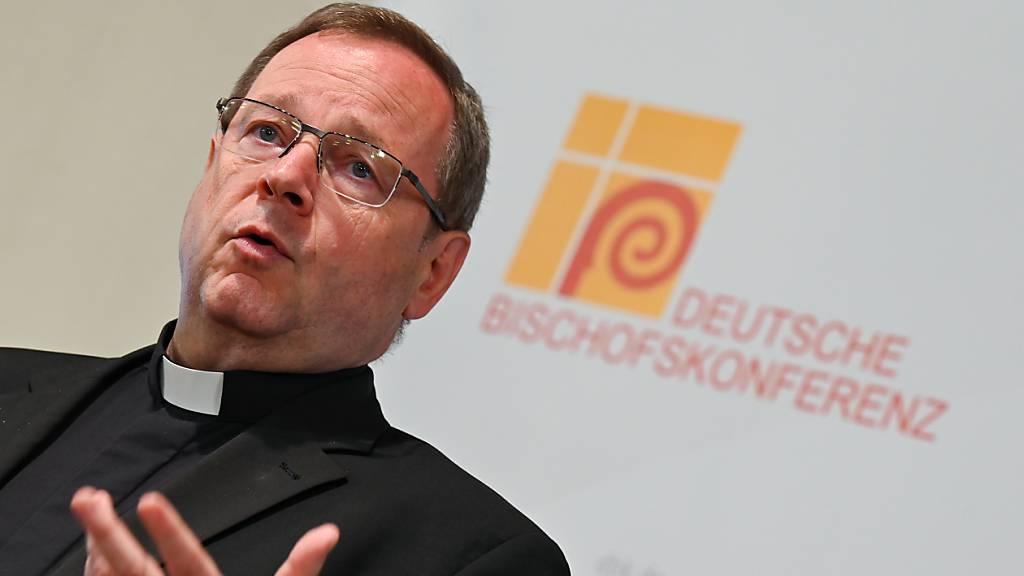 Georg Bätzing, Bischof von Limburg und Vorsitzender der Deutschen Bischofskonferenz, gibt am Rande der Herbstvollversammlung der Deutschen Bischofskonferenz ein Statement vor der Presse ab. Foto: Arne Dedert/dpa