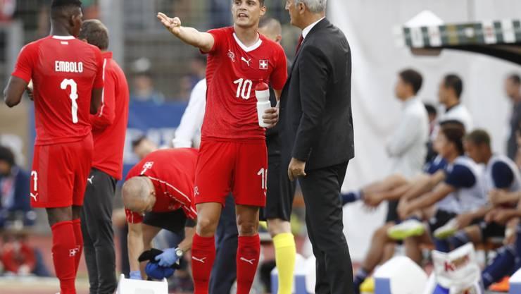 Der Trainer und der Chef auf dem Platz: Granit Xhaka (10) zeigte gegen Japan wieder, wo es lang geht