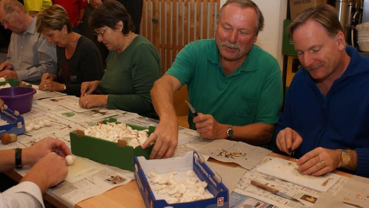 Viel Arbeit: Die Schlieremer Pilzfans putzten, schnitten und kochten für das Pilzessen 15 Kilogramm Champignons und 85 Kilogramm Waldpilze. (Bild: Marco Mordasini)