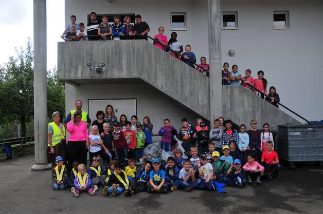 Die Ausbeute eines Morgens: Kids, Lehrkräfte und UWK-Präsident sind stolz auf ihre Leistung.