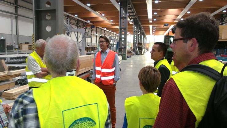 HEV Mitglieder mit Jürgen Felber in der Produktionshalle.jpg