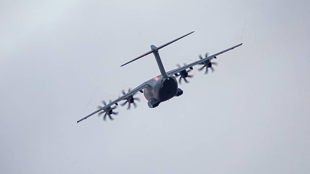 Die deutsche Bundeswehr hat schon über 900 Personen aus 17 Nationen aus Kabul evakuiert und nach Taschkent in Usbekistan geflogen.