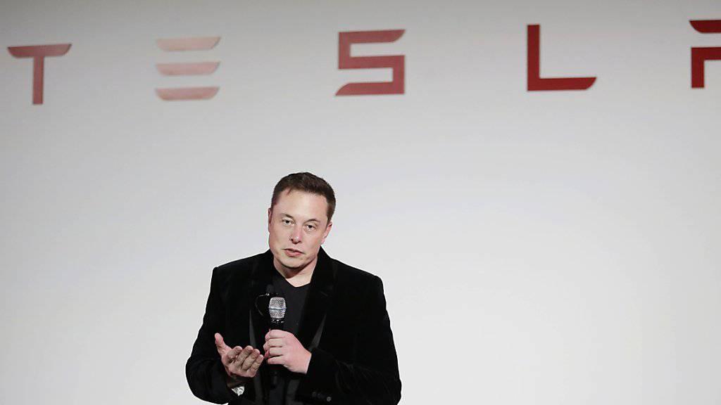Elektro-Autoherstellter Tesla will alle seine neuen Fahrzeuge für komplett autonomes Fahren ausrüsten. Alte Fahrzeuge können aber nicht nachgerüstet werden.