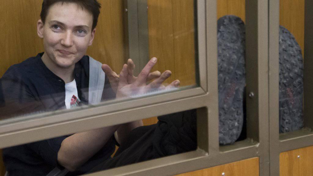 Die ukrainische Soldatin Nadeschda Sawtschenko in einem Glaskäfig während der Gerichtsverhandlung vom 22. März 2016 in Donezk. Die 34-Jährige ist nun erneut in den Hungerstreik getreten. (Archiv)
