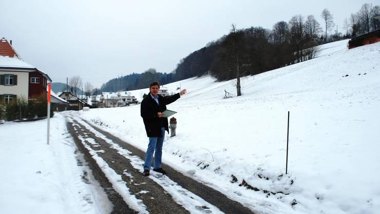 Wohnzone: Gemeindeschreiber Hans Stadler zeigt, wo die Überbauung geplant ist. (nr)