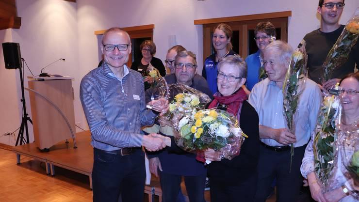 Ammann Daniel Heggli gratuliert Gewinnerin Ruth Heiniger.