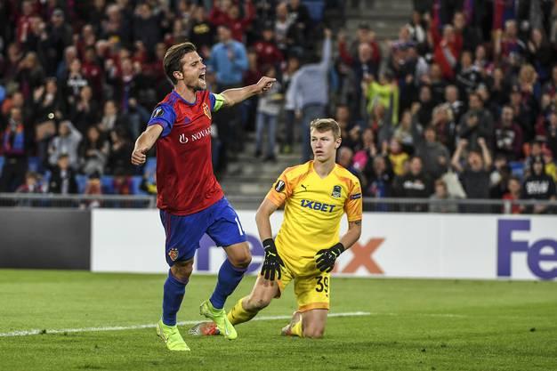 In der 52. Spielminute fällt auch schon das 3:0 - zwar hat Luca Zuffi und nicht der Kapitän Valentin Stocker das Tor erzielt, doch das hält diesen nicht davon ab, den Treffer ausgiebig zu feiern.