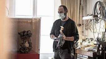 Felix Flury gibt in seinem Atelier dem Preis den letzten Schliff.